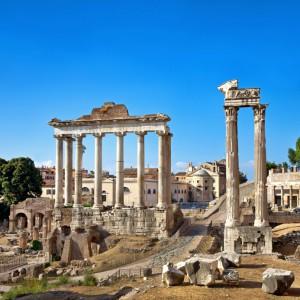 Auf den Spuren der Römer im Forum Romanum - © istock.com/Nikada